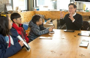 데니스 홍 교수님이 기자단 친구들과 이야기 하는 모습 - 어린이과학동아 (사진=이서연) 제공
